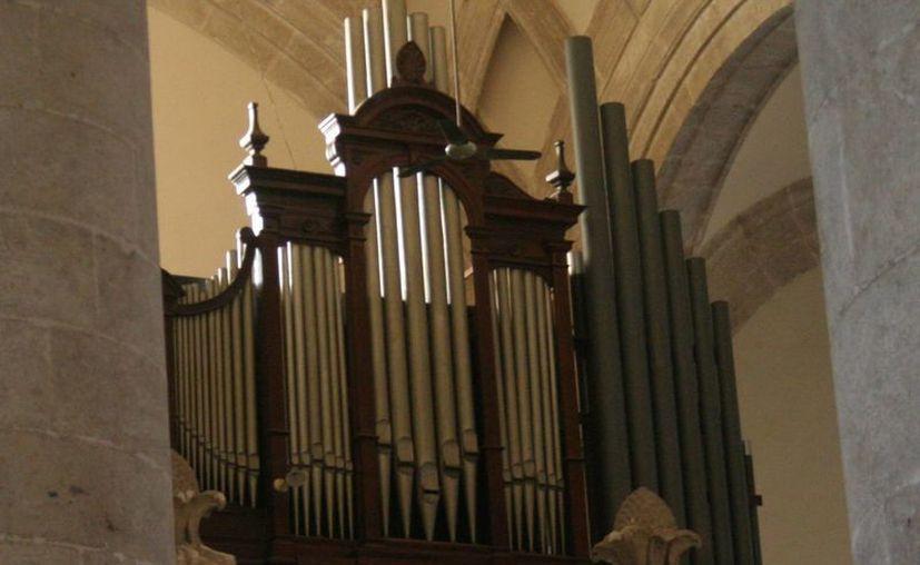 El órgano de Catedral tiene mil 600 flautas y tres teclados. (Christian Ayala/SIPSE)