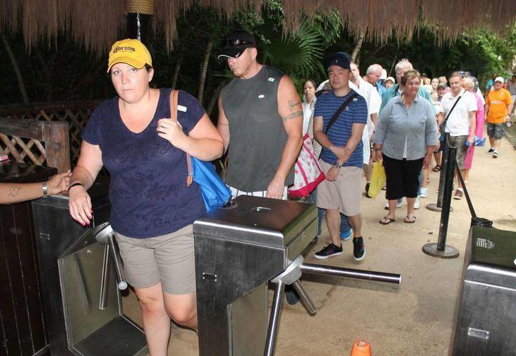 Cientos de visitantes comenzaron a abandonar Tulum el primer día de 2015. (Rossy López/SIPSE)