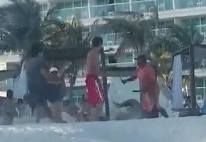 En el video se observa cómo uno de los vendedores saca un cuchillo y se lanza sobre los jóvenes. (Contexto)