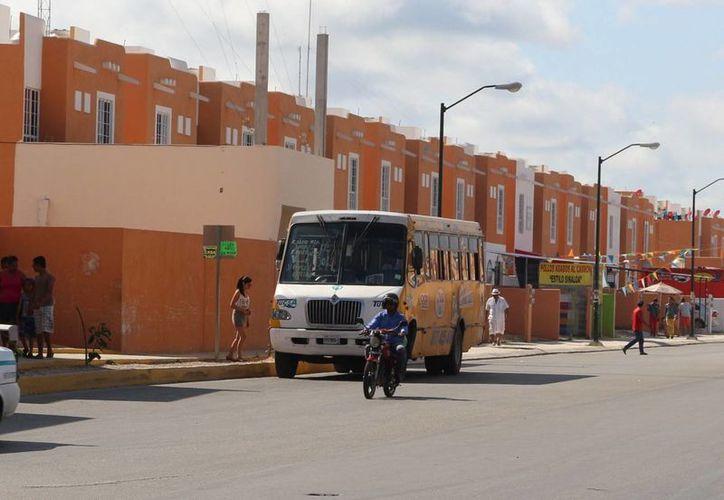 Las 49 unidades que dan servicio de transporte urbano en Villas del Sol no son suficientes. (Adrián Barreto/SIPSE)