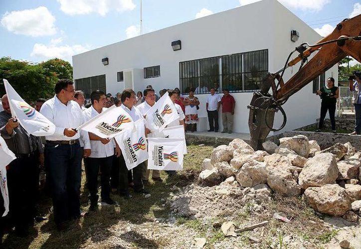 El Gobernador puso en servicio del Centro de Salud de Hunucmá e inicio de los trabajos de construcción de la segunda etapa. (Cortesía)