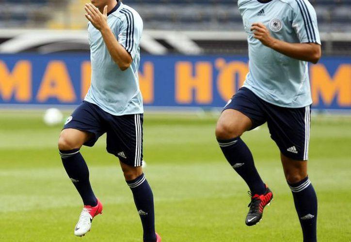 Hasta hace poco Ozil (i) y Khedira jugaban junto en la cintura del Real Madrid. (EFE)