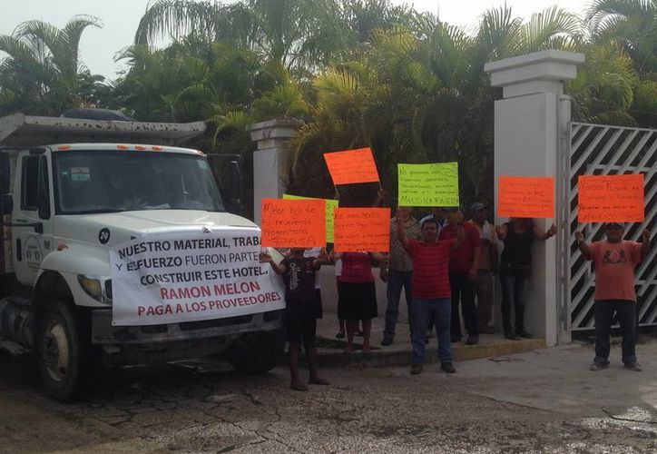 Trabajadores inconformes de la empresa R2 se han manifestado durante una semana frente a la tercera etapa del hotel. (Luis Ballesteros/SIPSE)