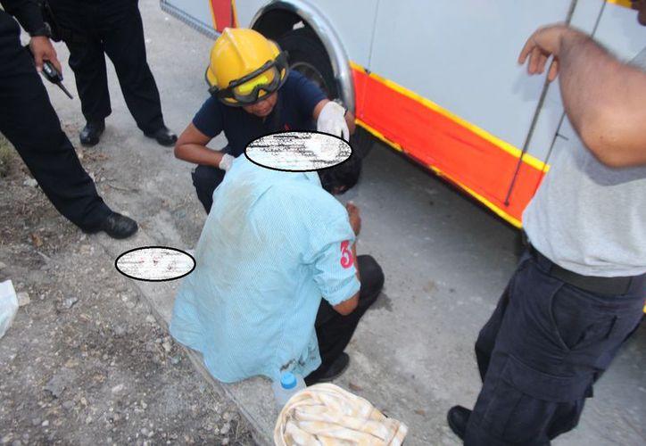 Vecinos del lugar se percataron de las lesiones y llamaron al 911 para que enviaran a paramédicos y le dieran la debida atención al sujeto. (SIPSE)
