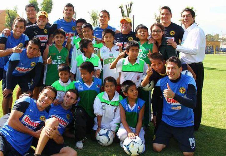 La reunión entre los niños triquis y el América se llevó a cabo en la cancha número uno de las instalaciones en Coapa. (Facebook/Club América)