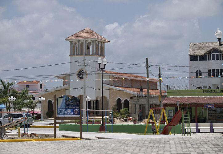 Realizan obras de cableado subterráneo y pavimentación con concreto hidráulico, en el primer cuadro de la localidad. (SIPSE)