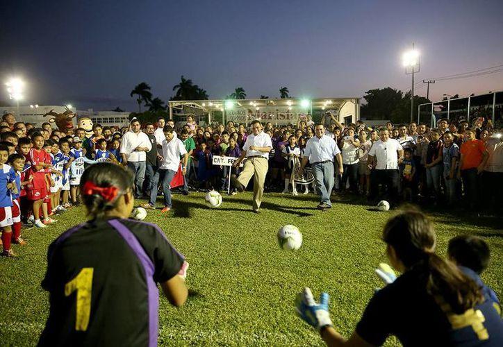 """El Gobernador dio la patada inicial de la liga de futbol """"Marcelino Champagnat A.C."""" (Cortesía)"""