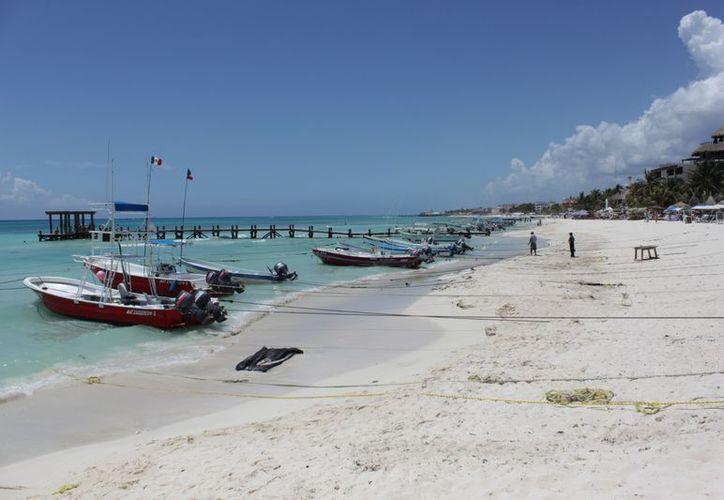Anuncian dar mantenimiento a 3.5 kilómetros de playa en Solidaridad. (Alida Martínez/SIPSE)