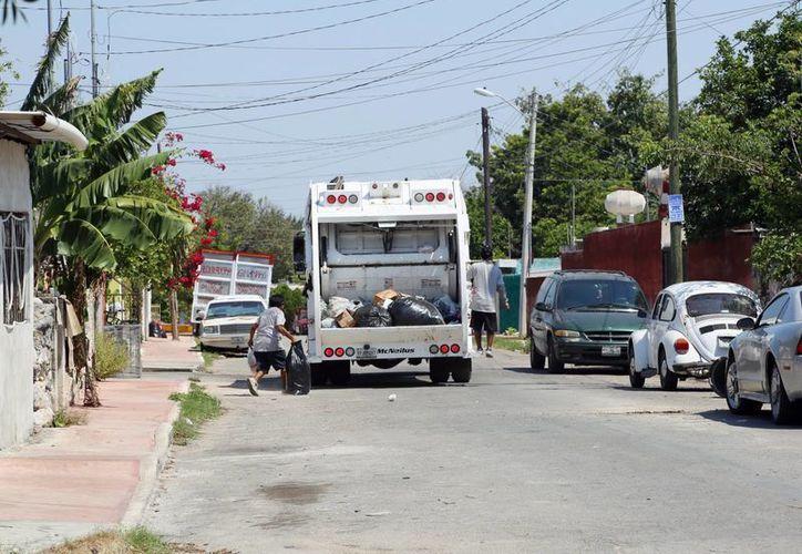 Entre los puntos que aprobó el Cabildo está la compra de nuevos camiones recolectores de basura. (SIPSE)