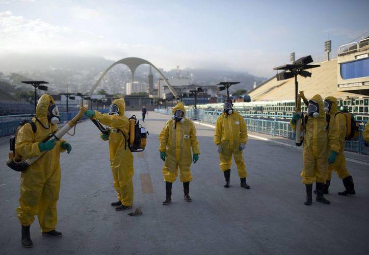 Trabajadores se disponen a rociar en el Sambódromo de Rio de Janeiro, sede de los Juegos Olímpicos, spray para tratar de combatir el mosco Aedes Aegypti, transmisor del peligroso virus del zika y también del dengue y otras enfermedades. (AP)