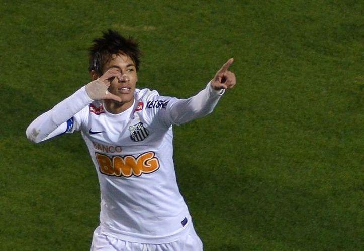 El entrenador del Santos, equipo en el que milita Neymar, quiere que el delantero emigre a Europa en 2014. (Foto: EFE)