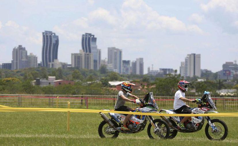 Mexicanos entrenan en Luque, Paraguay para el Rally Dakar 2017, competencia para motos y autos que dará inicio en la ciudad de Asunción. (AP)