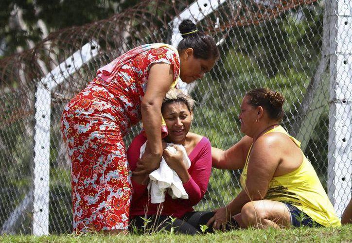 Días atrás, motines en otras dos cárceles del estado vecino de Amazonas dejaron un saldo de 60 muertos. Imagen de una mujer que llora la muerte de su esposo, el cual se encontraba preso en una de las cárles donde se registraron los enfrentamientos. (Edmar Barros/Futura Press via AP)