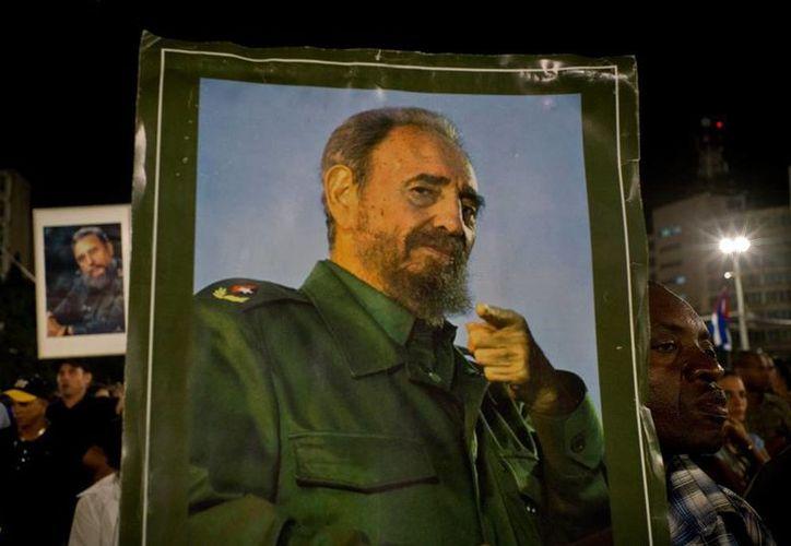 Miles de cubanos han hecho filas por horas para darle el último adiós a quien les gobernara por décadas, tras la caída del dictador Fulgencio Batista. (AP/Ramon Espinosa)