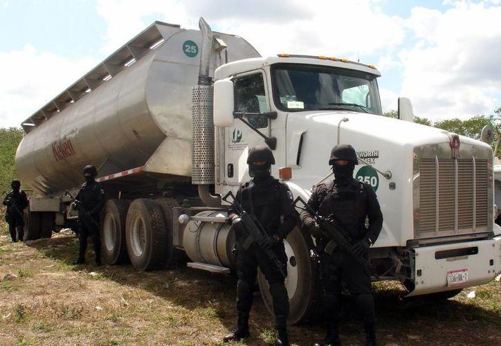 Policías localizaron el tráiler abajo del puente de Chocholá, en la carretera federal. (Cortesía)