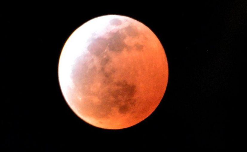 La luna se vuelve roja por la luz solar refractada de la superficie de la Tierra. (Internet)