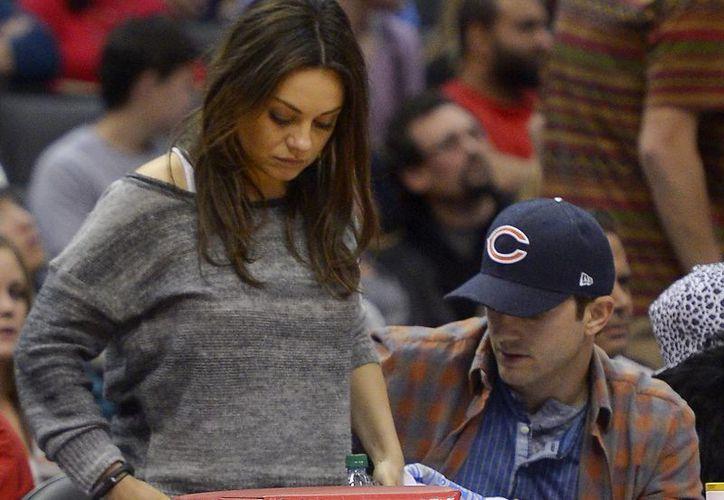 Según People, Ashton Kutcher y Mila Kunis no están esperando gemelos. (Agencias)