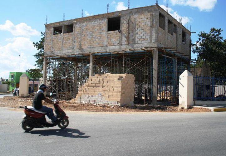 El nuevo edificio del cuerpo de bomberos de Playa del Carmen estará concluido en mayo. (Daniel Pacheco/SIPSE)