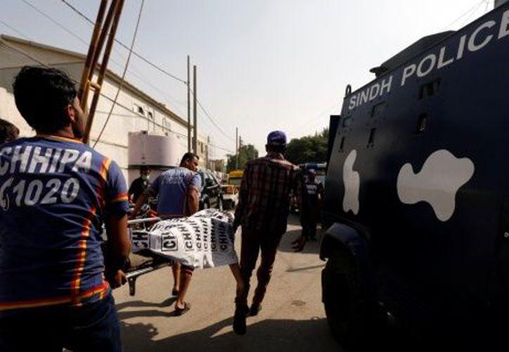 Equipos de emergencias trasladaron a los heridos a hospitales en Kabul. (Excélsior)