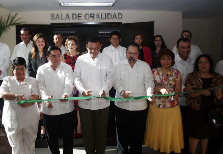 El gobernador Rolando Zapata Bello al momento de cortar el listón. (Milenio Novedades)
