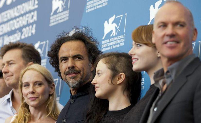 El cineasta mexicano Héctor González Iñárritu (centro) con los actores y actrices que trabajaron con él en Birdman, cuyo estreno en el Festival de Venecia fue bien acogido. (Foto: AP)