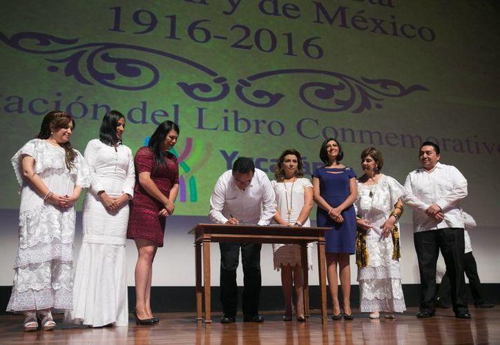 El gobernador Rolando Zapata durante la firma del decreto que declara al 2016 como Año Conmemorativo del Centenario del Congreso Feminista de Yucatán. (Foto cortesía del Gobierno de Yucatán)