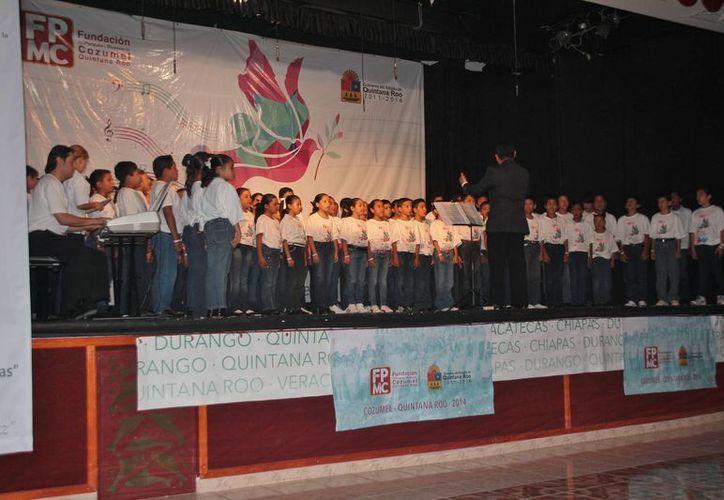 Las agrupaciones estuvieron conformadas por un total de 120 niños, quienes unieron sus voces en el coro monumental. (Redacción/SIPSE)