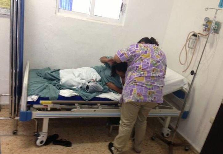 Atención médica al trabajador de Protección Civil en el Hospital Integral. (Lanrry Parra/SIPSE)