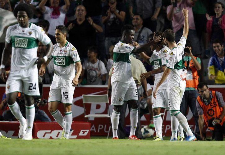 Richmond Boakye (c) celebra con sus compañeros del Elche, el gol del empate que a fin de cuentas no fue definitivo. (Agencias)