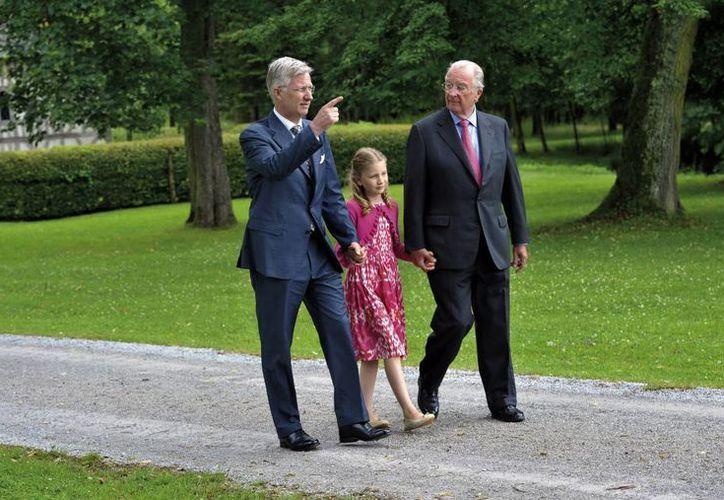 El rey Alberto II paseando con su hijo, el príncipe Felipe y la hija primogénita de este, la princesa Elizabeth, próxima heredera al trono. (EFE)