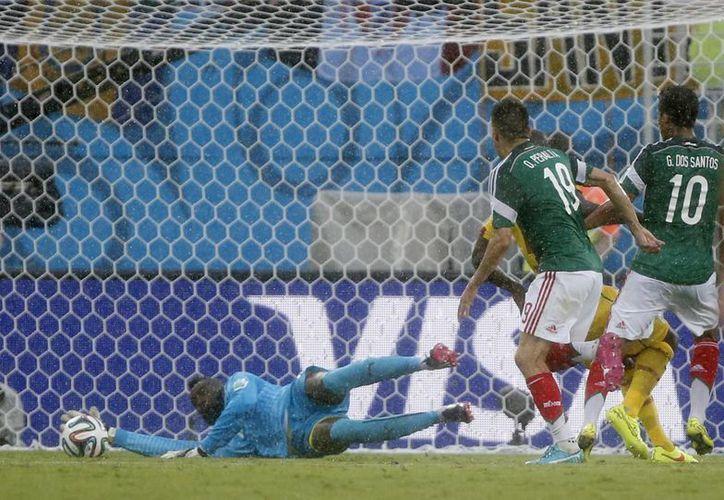 Peralta (i) tomó el rechace del arquero camerunés tras el disparo de Gio (d) y anotó el primer gol de México en el Mundial.