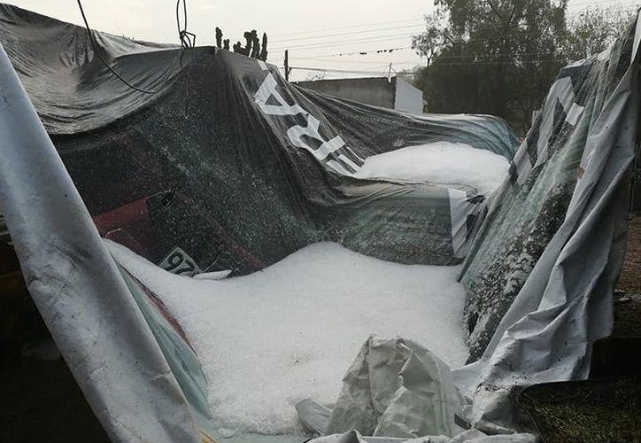 La granizada también impactó la carretera México-Tuxpan, donde provocó una capa de hielo de 20 centímetros. (Foto: Excélsior).