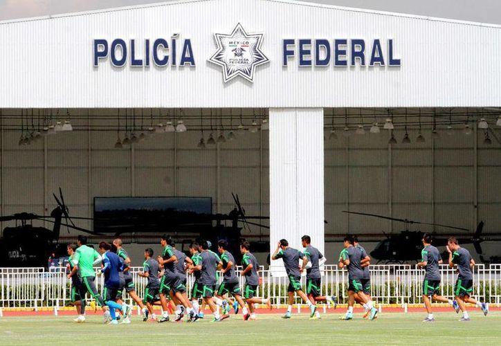 La Selección Nacional aprovechó las instalaciones de la Policía Federal para ejercitarse. (Notimex)