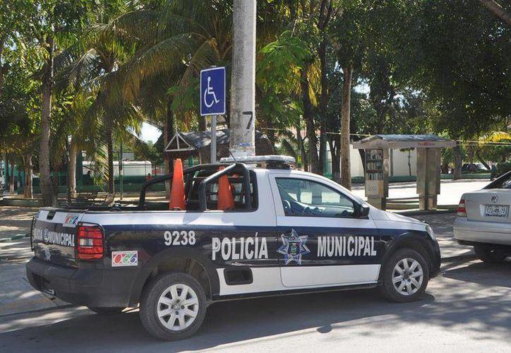 Ciudadanos denuncian que ni las autoridades respetan los espacios para personas con discapacidad. (Rossy López/SIPSE)