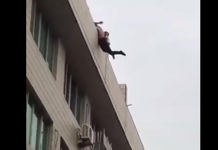 El joven deprimido decidió quitarse la vida luego de que su pareja terminara su relación con él. (Foto: Captura de video)
