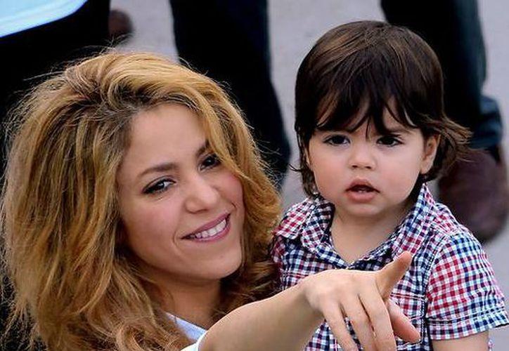 Shakira ha compartido varias veces fotos de su hijo Milan en sus redes sociales, pero ahora ha cambiado de actitud y pide a la prensa que no se enfoque tanto en el niño. (gala.de)