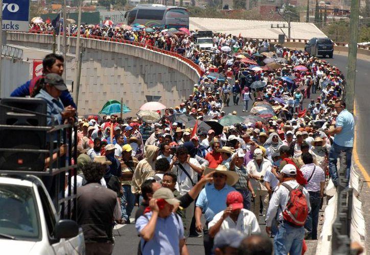Los maestros bloquearon en su totalidad la importante vía, ocasionando caos vial. (Notimex)