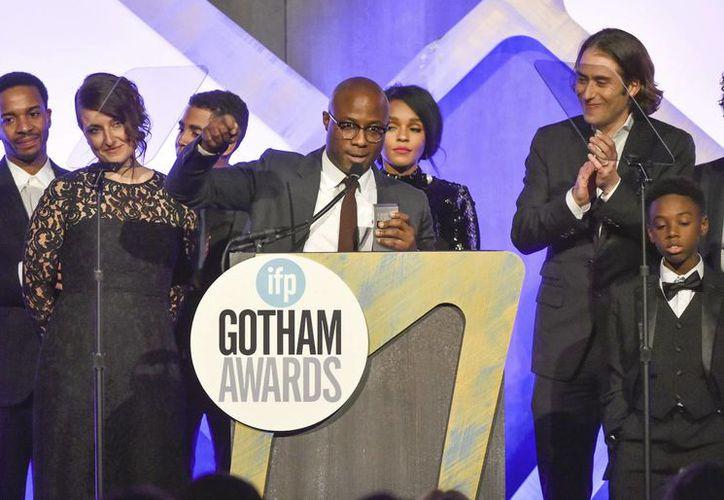 El director Barry Jenkins(c) recibe la estatuilla de 'Mejor Película' para 'Moonlight', la cual también obtuvo otros tres galardones en la entrega de premios al cine independiente.(Evan Agostini/AP)