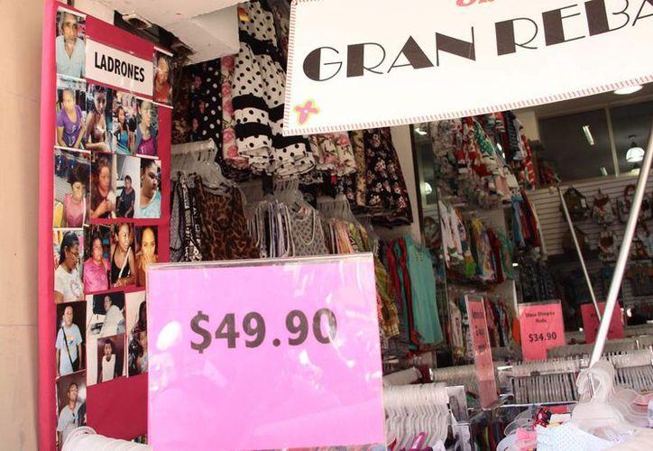 El 'robo hormiga' frena el desarrollo de las empresas locales. Imagen de la entrada de un comercio con las fotografías de supuestos ladrones. (Milenio Novedades)