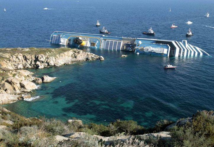 El naufragio del Costa Concordia ocurrido en enero de 2012 frente a la isla de Toscana cobró 32 vidas. (Agencias)