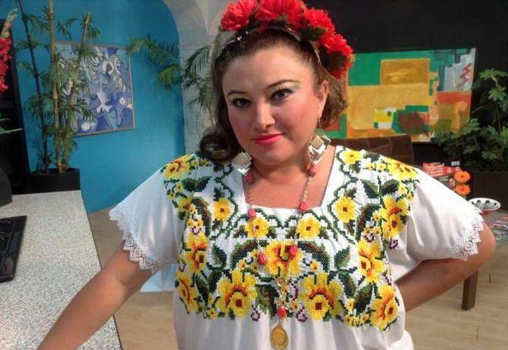 Alicia García mejor conocida como  'Xpet' recibió un reconocimiento por sus 20 años de trayectoria dentro del teatro regional yucateco por parte de la secretaría de cultura de Yucatán (Secay). (Milenio Novedades)