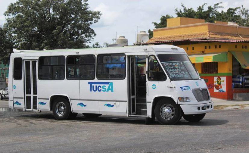 El chofer del autobús pasó un tope con brusquedad ocasionando que varios pasajeros cayeran. (Foto: Octavio Martínez/SIPSE)