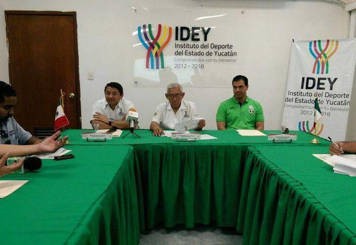 Imagen de la rueda de prensa por parte de las autoridades deportivas para anunciar el Premio Estatal del Deporte 2015. (Marco Moreno/SIPSE)