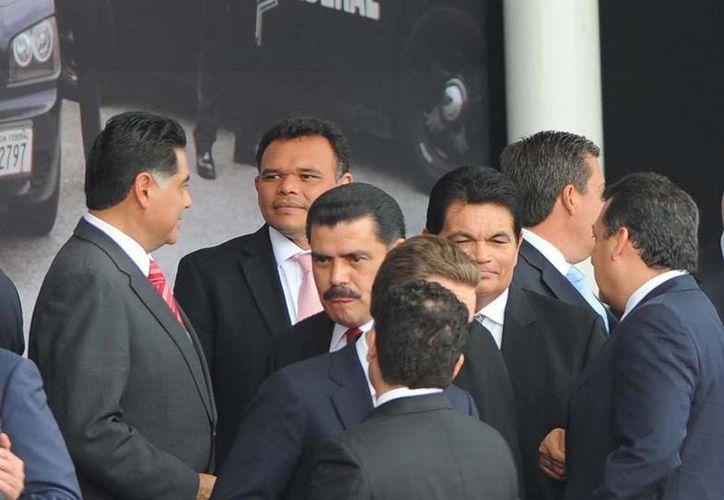 El Gobernador Rolando Zapata (segundo izq. a der.) asistió a la toma de protesta de la Gendarmería Nacional. (Cortesía)