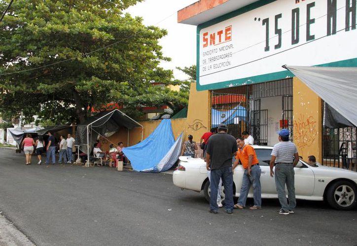 Las carpas seguían instaladas frente a las oficinas del SNTE. (Tomás Álvarez/SIPSE)