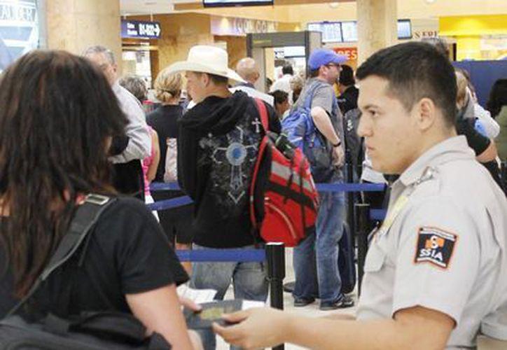 En otros destinos como Miami, Houston, Dallas o Nueva York, no pasan por esos tiempos de espera. (Luis Soto/SIPSE)