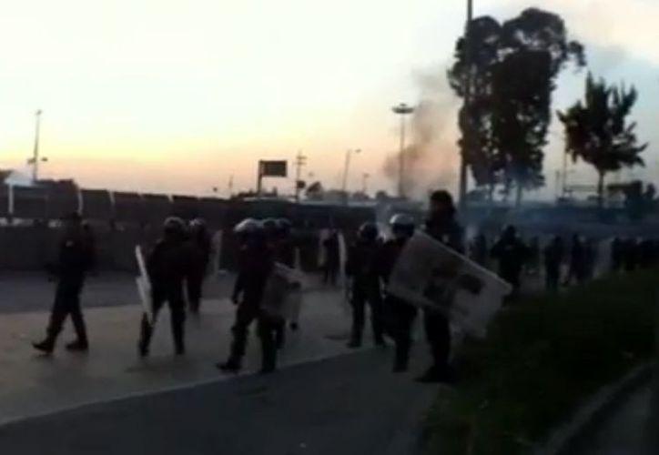 Esta mañana, integrantes del movimiento #YoSoy132 han lanzado petardos en las inmediaciones de la Cámara de Diputados. (Notimex)