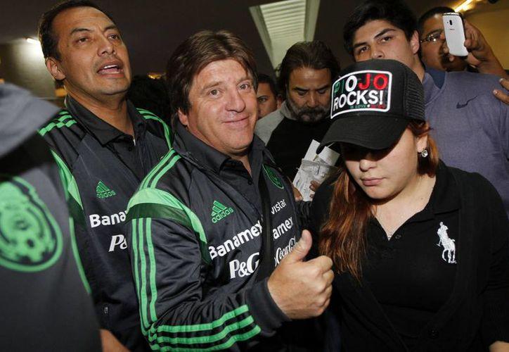 El 'Piojo' Herrera a su llegada al Aeropuerto Internacional de la Ciudad de México. (Notimex)