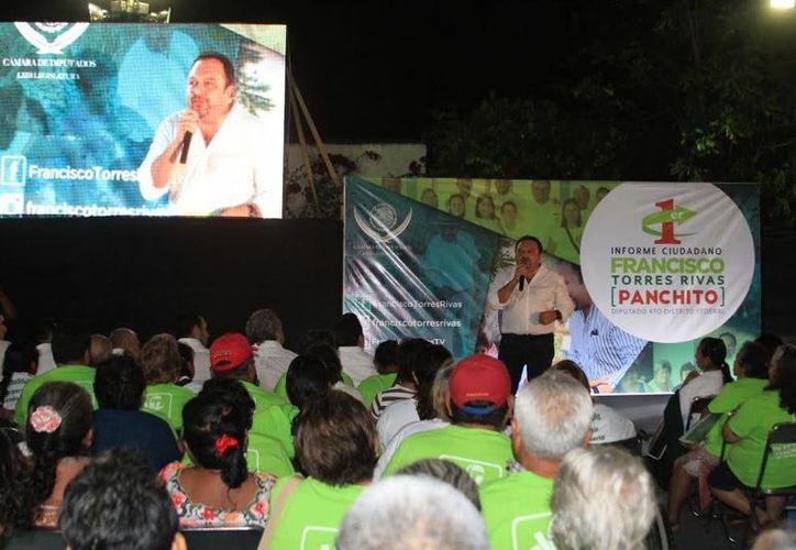 Francisco Torres Rivas, visitó diferentes colonias del IV Distrito Federal, en Mérida donde entregó un balance de su trabajo en el último año. (SIPSE)