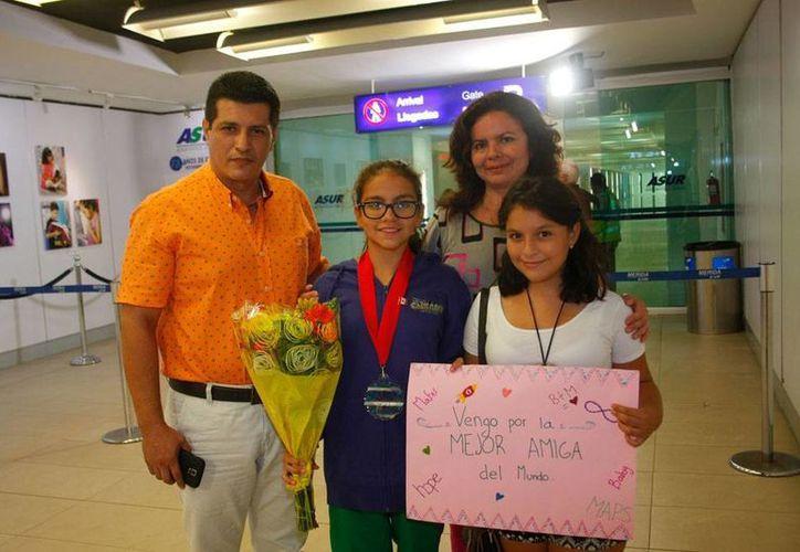 A Bárbara Lozada ya la esperaba su familia para darle un el cálido recibimiento que se merecía, tras ganar la medalla de plata en el Panamericano UANA de nado sincronizado. (Christian Ayala/SIPSE)